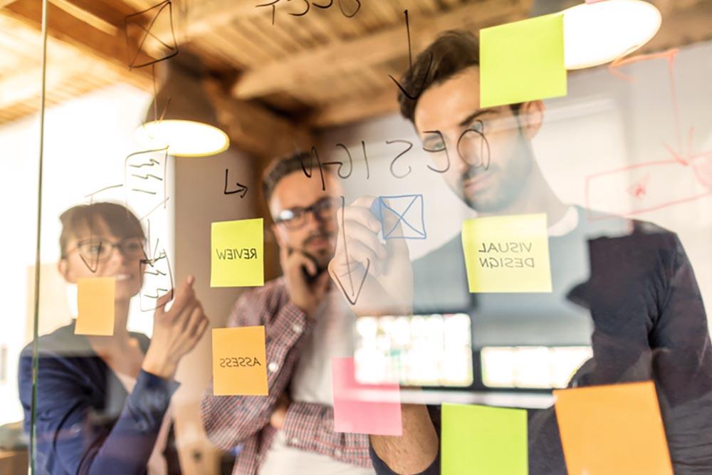 Grupo de emprendedores haciendo estrategia