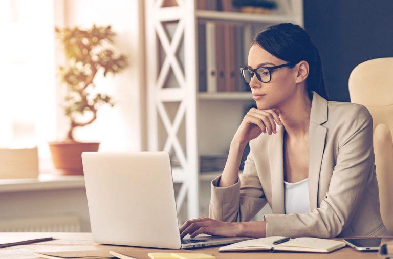 mujer pensando en claves para emprender con exito