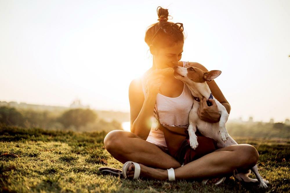 Mujer le da de comer a su perro helado