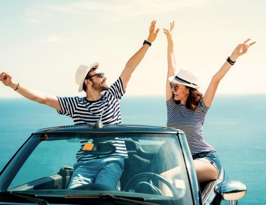 pareja feliz de viaje