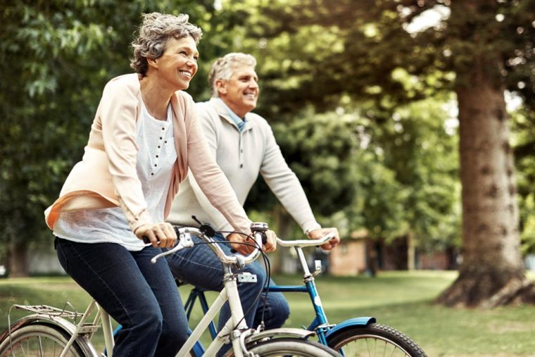 Pareja de adultos mayores montando bicicleta