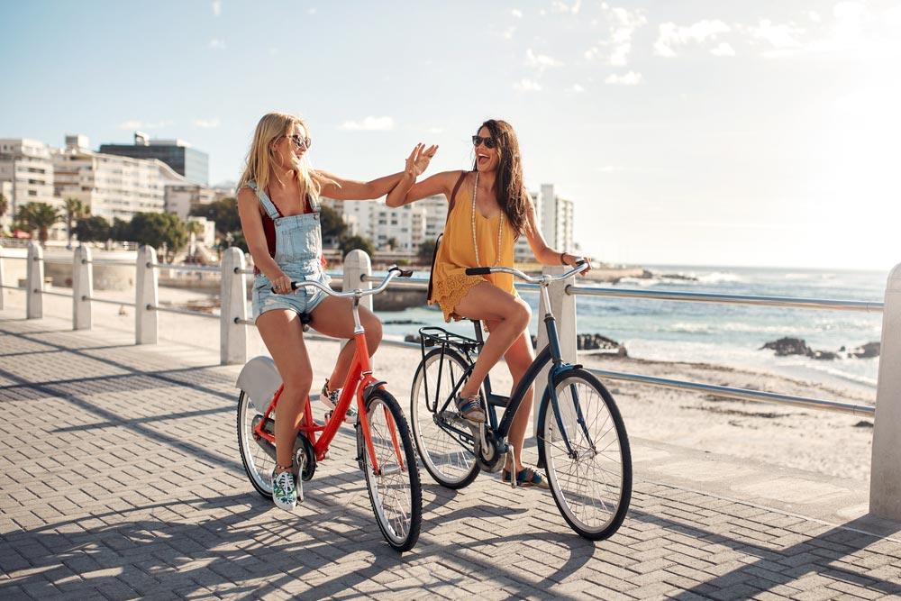 amigas les gusta montar en bicicleta