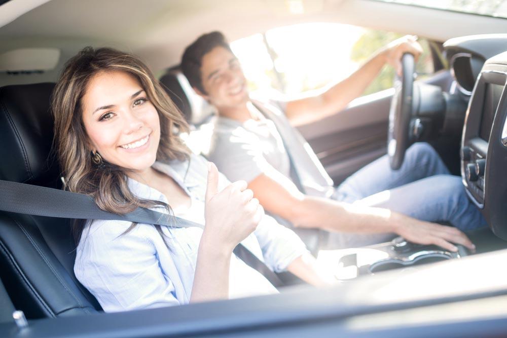 pareja dentro de un carro