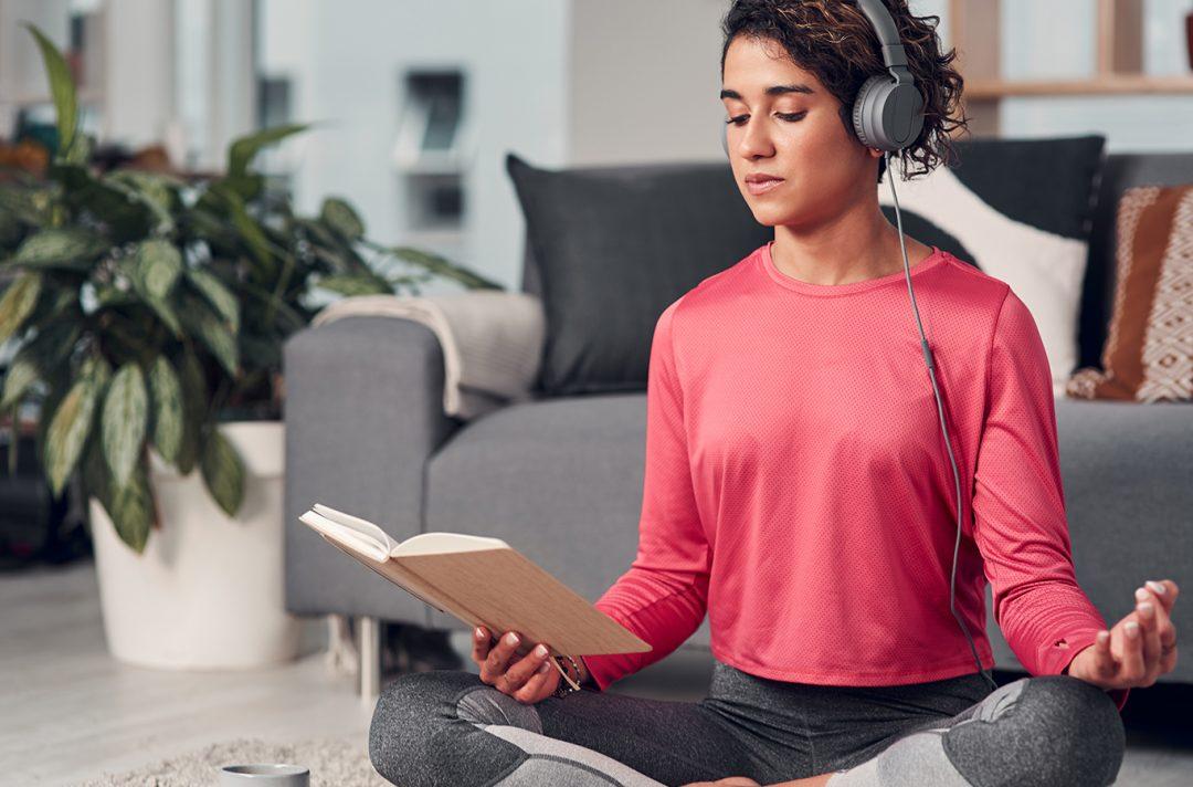 mujer-leyendo-y-escuchando-musica