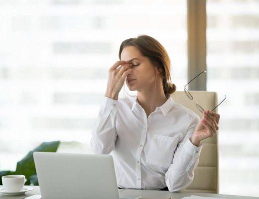 Mujer con enfermedad laboral