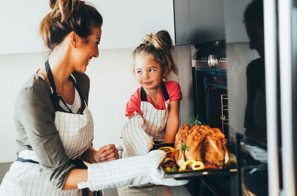 Madre e hija cocinando