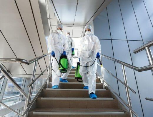 personas-desinfectando-espacios
