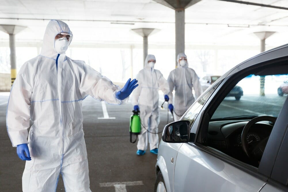 profesionales-desinfectando-vehiculo