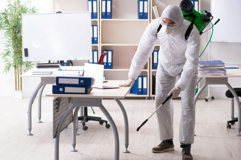 hombre-desinfectando-una-oficina