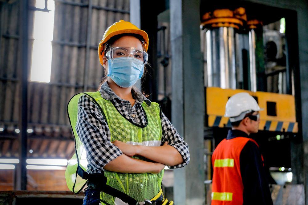 trabajadora con elementos de proteccion ARL Seguros Bolivar