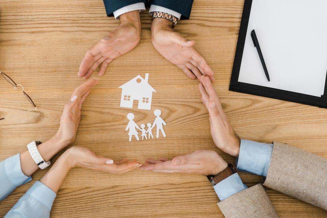 personas-creando-un-circulo-de-seguro-de-vida