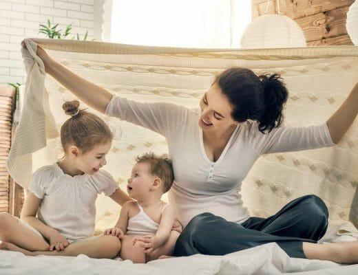 Mamá jugando con sus hijos
