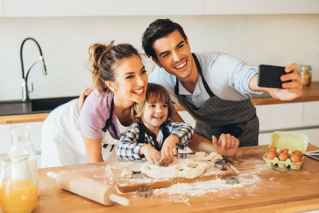 Familia tomando foto y cocinando