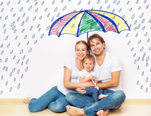 Concepto familia protegiéndose con una sombrilla