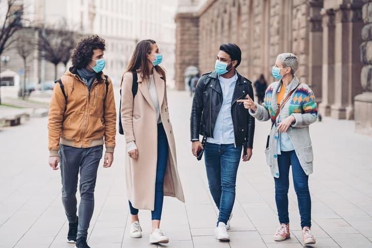 Grupo de personas caminando con tapabocas