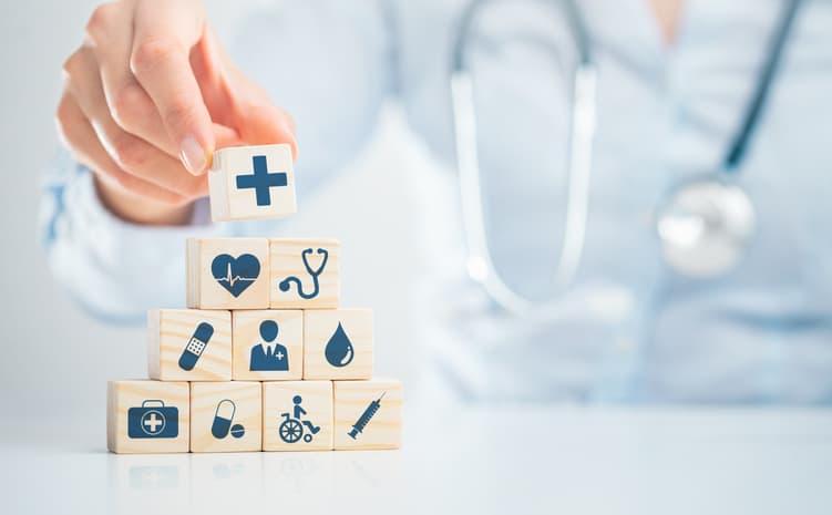 mano mostrando tipos de seguro de salud