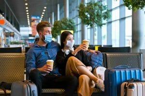 Pareja esperando en un aeropuerto - Prueba covid-19
