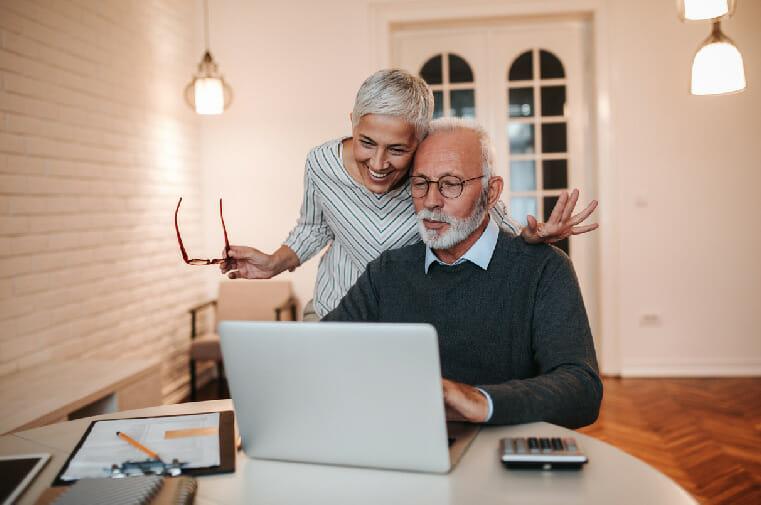 pareja adulta feliz viendo el compu