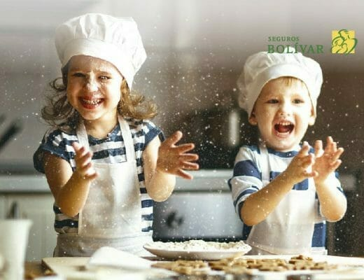 Niños cocinando y protegidos